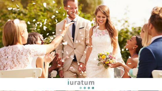 novios en una boda y invitados tirando flores