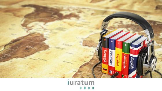 diccionarios y cascos en cima de un mapa