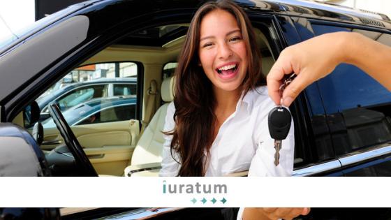 mujer en un coche y mano con una llave